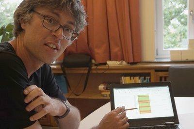 Prof. Sander demonstriert seine Liste bisher gefixter Bugs